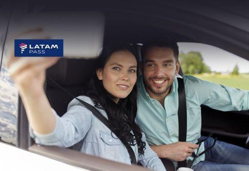 pareja alquilando un auto